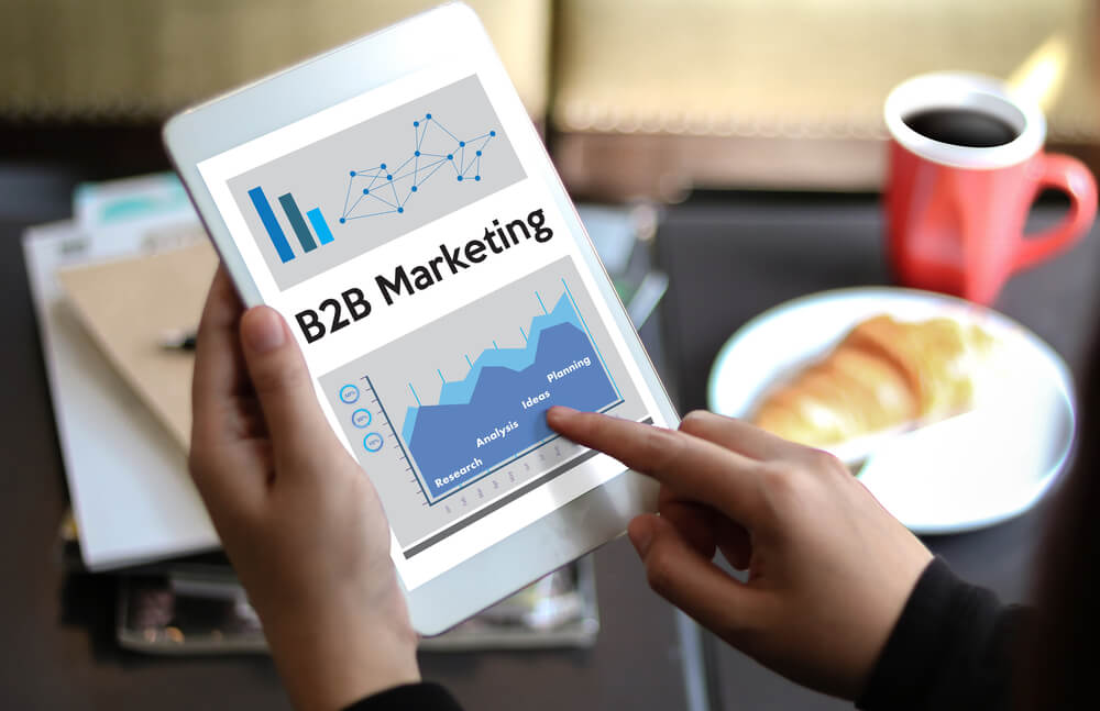 tablet profesional assinalando con tema de Marketing B2B