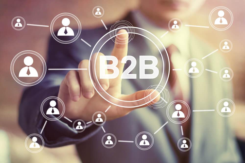 profesional de B2B assinalando ícones interligados