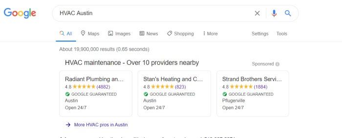 Ejemplo de cómo los clientes pueden averiguar si una empresa está cubierta por la Garantía de Google