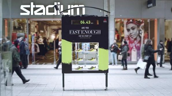 Ejemplos de buena publicidad exterior: quiosco de zapatillas Reebok